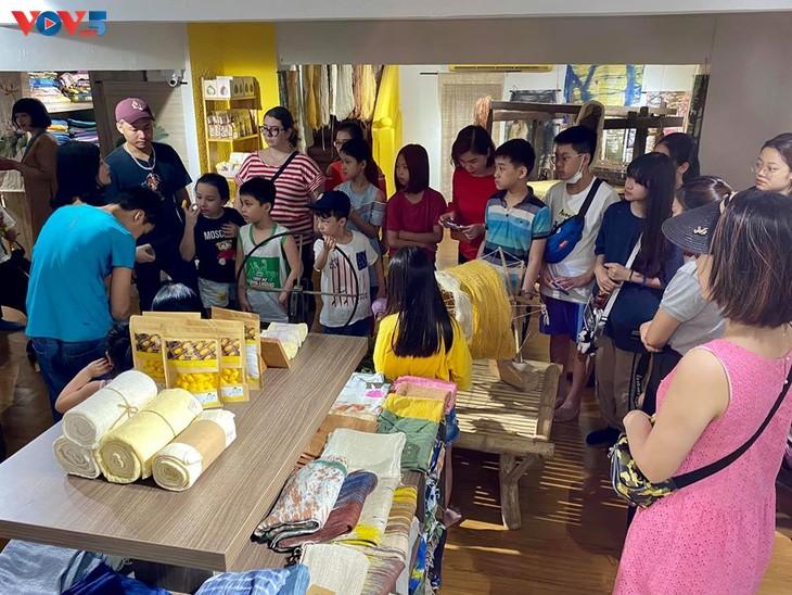 Các em nhỏ tìm hiểu về lụa đũi truyền thống Việt - ảnh 5