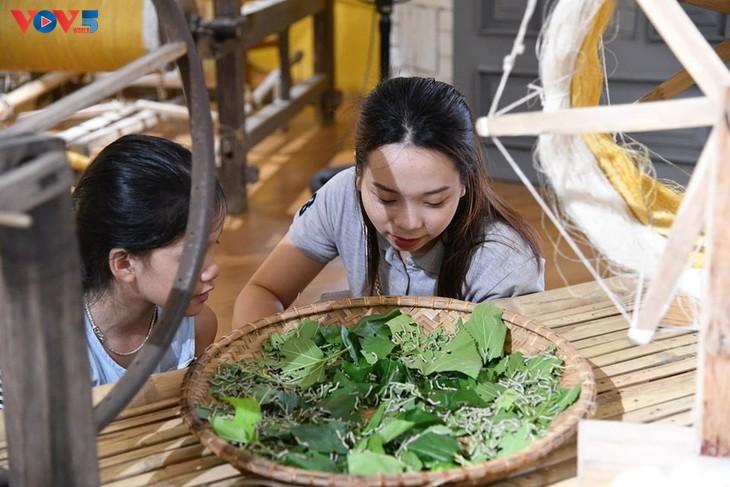 Các em nhỏ tìm hiểu về lụa đũi truyền thống Việt - ảnh 7