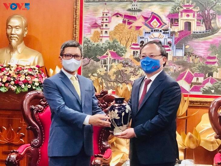 ผลักดันความร่วมมือระหว่างวีโอวีกับสถานทูตประเทศต่างๆ - ảnh 2