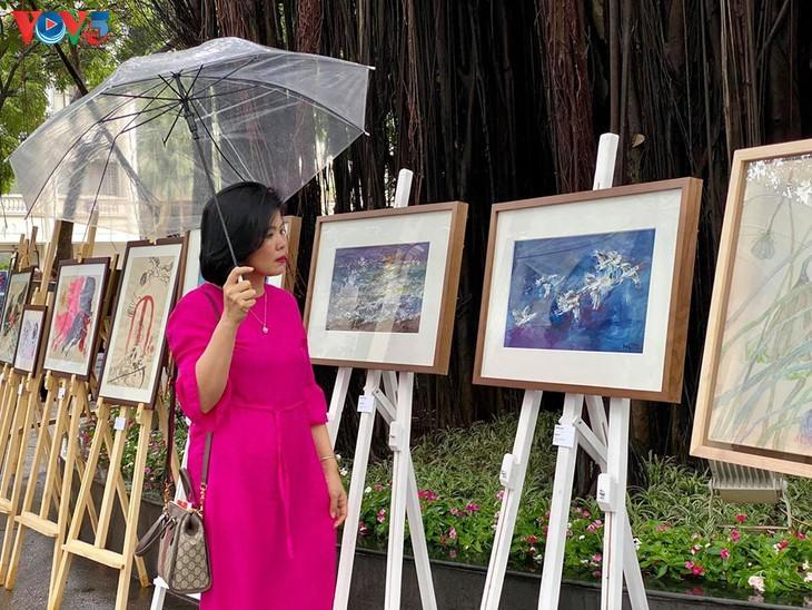 """베트남 현대 화가의 """"사회적 거리두기 중의 그림"""" 전시회 - ảnh 8"""