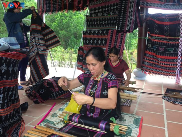 Gìn giữ và phát huy nghề dệt Zèng truyền thống ở A Lưới - ảnh 1
