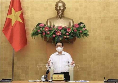 El primer ministro de Vietnam insta a no bajar la guardia en la lucha contra el covid-19 - ảnh 1