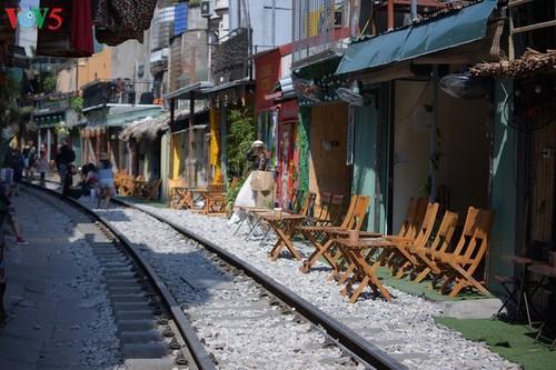 Cafeterías al borde del ferrocarril de Hanói - ảnh 1