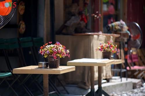 Cafeterías al borde del ferrocarril de Hanói - ảnh 2