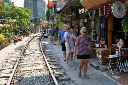 Cafeterías al borde del ferrocarril de Hanói - ảnh 4