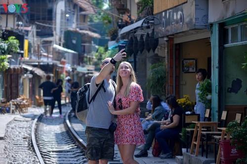 Cafeterías al borde del ferrocarril de Hanói - ảnh 5