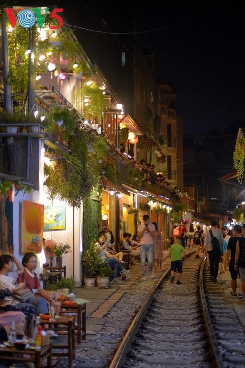 Cafeterías al borde del ferrocarril de Hanói - ảnh 9