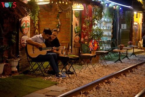 Cafeterías al borde del ferrocarril de Hanói - ảnh 10