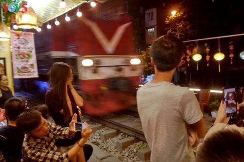 Cafeterías al borde del ferrocarril de Hanói - ảnh 12