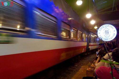 Cafeterías al borde del ferrocarril de Hanói - ảnh 13