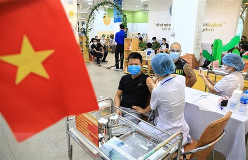 Periódico alemán destaca la vacunación masiva de covid-19 en Hanói  - ảnh 1
