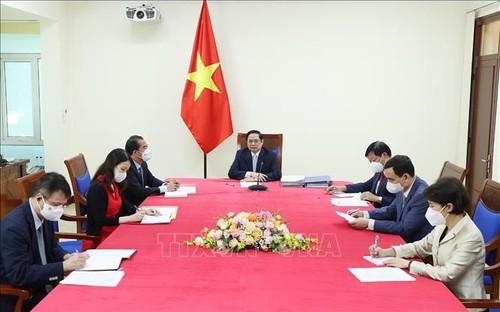 Premier de Vietnam dialoga con jefa del mecanismo COVAX  - ảnh 1