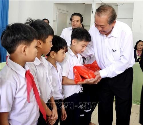 Truong Hoa Binh remet des cadeaux à des enfants handicapés - ảnh 1