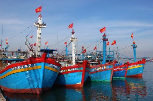 Souveraineté nationale: Le président Nguyên Xuân Phuc offre aux pêcheurs 5000 drapeaux  - ảnh 1