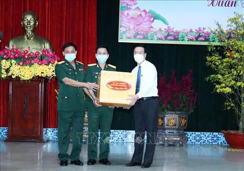 Le permanent du secrétariat du PCV présente ses voeux de Têt  à des soldats à Hô Chi Minh-ville - ảnh 1