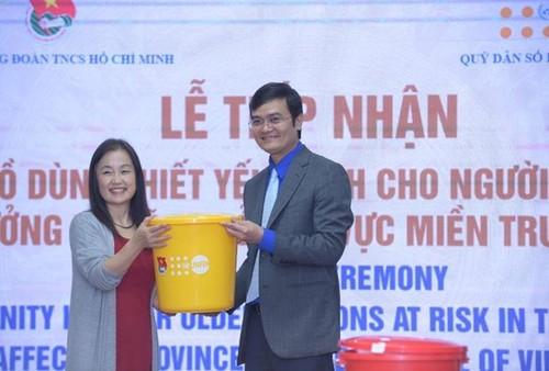 FNUAP-Vietnam aide les personnes âgées de trois provinces sinistrées du Centre - ảnh 1