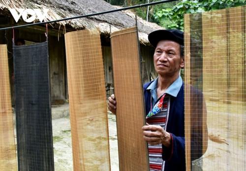 """Kerajinan Menganyam Tirai Untuk  Buat Kertas """"Ban"""" dari  Artisan Etnis Minoritas Dao Merah - ảnh 2"""