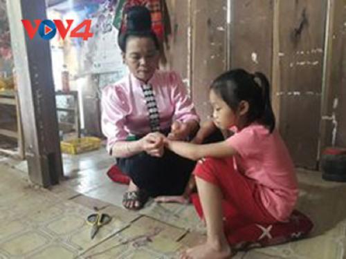 Warga Etnis Minoritas Thai di Daerah Tay Bac Menghasratkan  Kesehatan dan Ketenteraman Melalui Adat Mengikat Benang di Pergelangan Tangan - ảnh 1