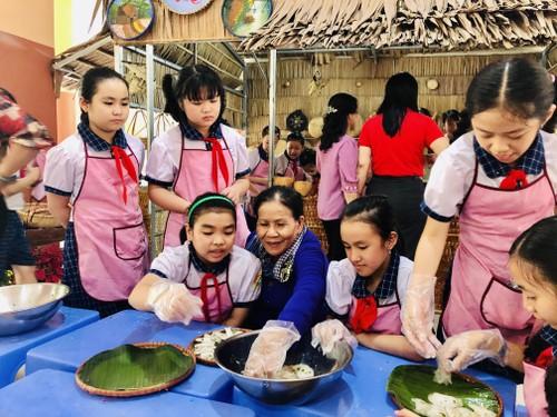 Teaching creativity: making traditional cakes at school  - ảnh 1