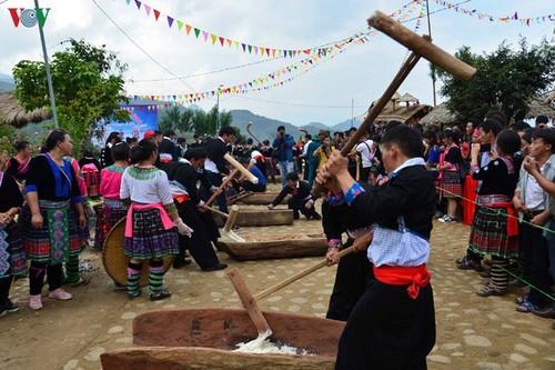 西北地区赫蒙族同胞生活中的糍粑 - ảnh 1