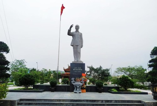 胡志明主席塑像屹立在东北蓝天下 - ảnh 1