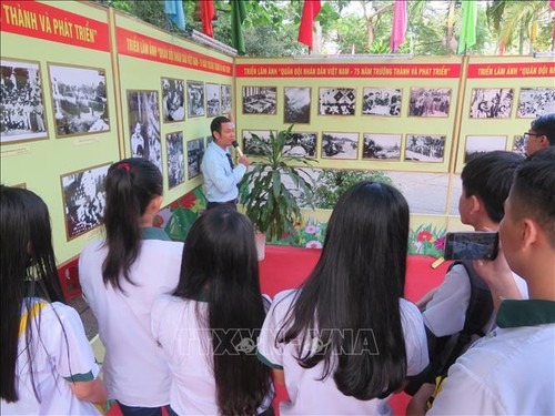 Can Tho opens photo display on the Communist Party of Vietnam, Vietnam People's Army - ảnh 1