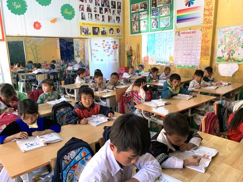 Disadvantaged mountain children helped to attend school in freezing winter - ảnh 1