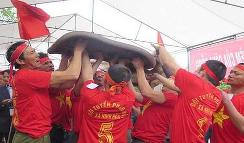 Vietnamese folk games: sitting tug-of-war and clay firecracker hurling - ảnh 3