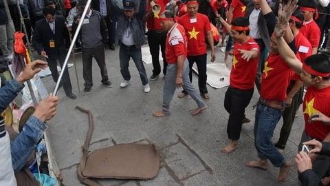 Vietnamese folk games: sitting tug-of-war and clay firecracker hurling - ảnh 1