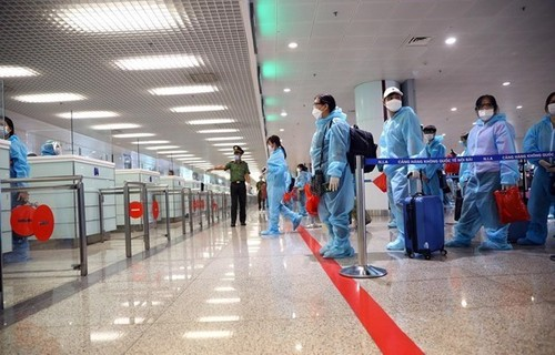 Noi Bai airport temporarily closed to int'l arrivals amid resurgence of COVID-19 - ảnh 1