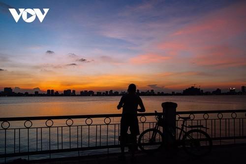 Beautiful sunset on Hanoi's West Lake - ảnh 10