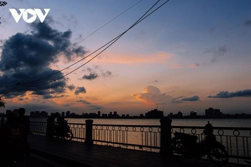 Beautiful sunset on Hanoi's West Lake - ảnh 11
