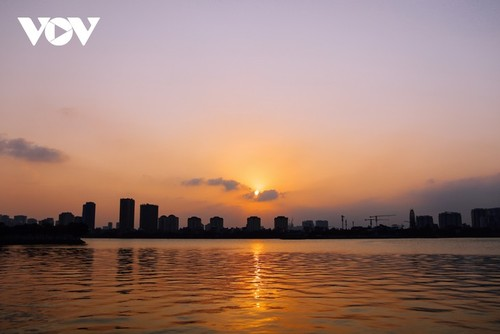Beautiful sunset on Hanoi's West Lake - ảnh 4