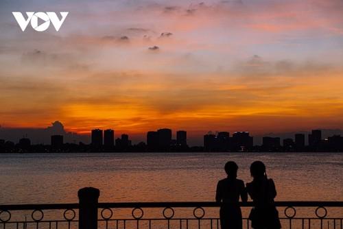 Beautiful sunset on Hanoi's West Lake - ảnh 5