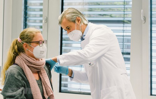 More than half of adults in EU fully vaccinated - ảnh 1