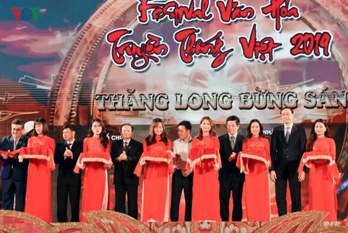 Menyosialisasikan inti sari kebudayaan Viet Nam melalui Festival Kebudayaan Tradisional Viet Nam 2019 - ảnh 1