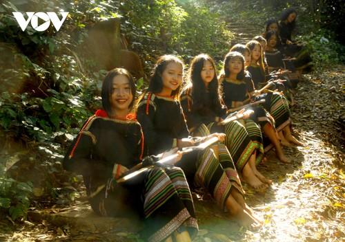 Intercambio artístico entre jóvenes apasionados por los gongs en Buon Ma Thuot - ảnh 2
