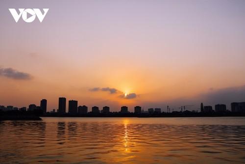 Puesta de sol sobre el lago del Oeste - ảnh 4