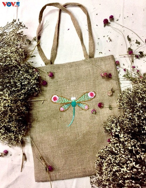 Marca local y ecológica en Hanói produce bolsos de arpillera - ảnh 12