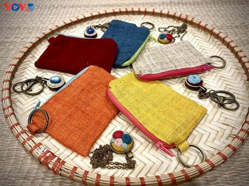 Marca local y ecológica en Hanói produce bolsos de arpillera - ảnh 17