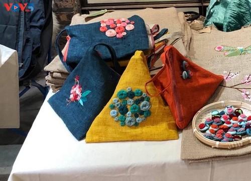 Marca local y ecológica en Hanói produce bolsos de arpillera - ảnh 18