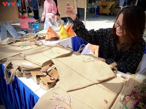 Marca local y ecológica en Hanói produce bolsos de arpillera - ảnh 2