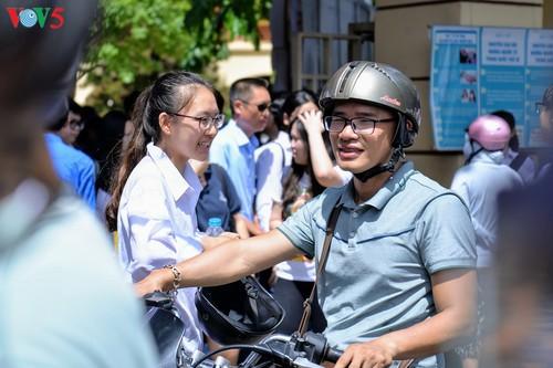 Học sinh cấp II Hà Nội phấn khởi hoàn thành kỳ thi tuyển sinh lớp 10 - ảnh 12