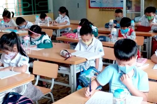 Học sinh cả nước trở lại trường trong điều kiện phòng dịch được siết chặt - ảnh 6