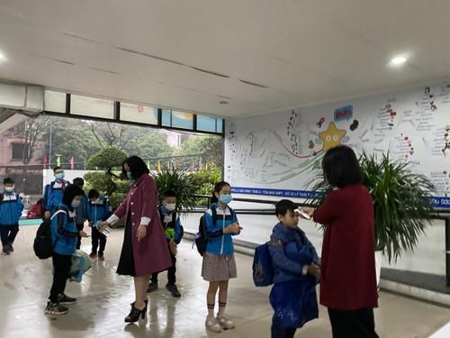 Học sinh cả nước trở lại trường trong điều kiện phòng dịch được siết chặt - ảnh 4