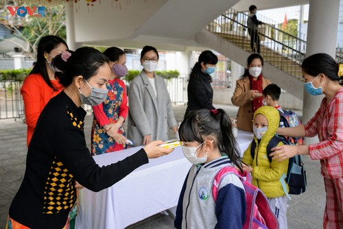 Học sinh cả nước trở lại trường trong điều kiện phòng dịch được siết chặt - ảnh 11