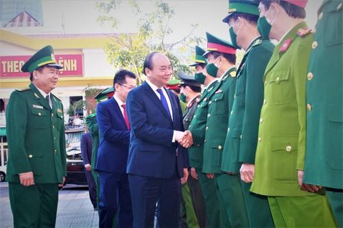 Danang: Nguyên Xuân Phuc rend visite à des militaires et aux autorités de l'arrondissement de Hai Châu - ảnh 1