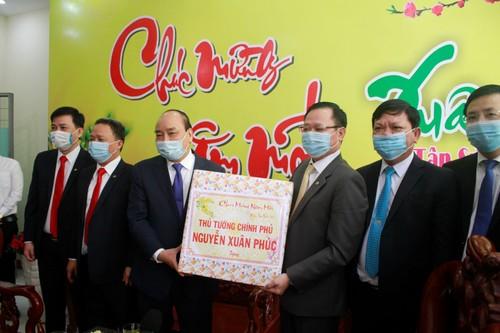 Danang: Nguyên Xuân Phuc rend visite à des militaires et aux autorités de l'arrondissement de Hai Châu - ảnh 2