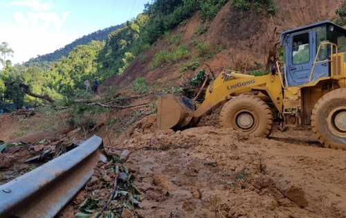 Phó Thủ tướng Trịnh Đình Dũng chỉ đạo công tác cứu nạn tại xã Trà Leng, Nam Trà My - ảnh 15
