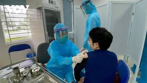 Cán bộ y tế Bệnh viện Bệnh Nhiệt đới Trung ương tiêm vaccine COVID-19 - ảnh 12